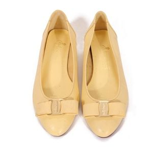 1960s Cream Pointed Toe Gold Tone Detail Flats